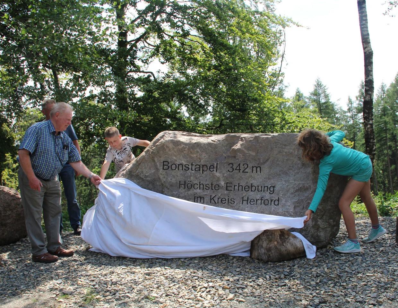 2020/06 Pressemitteilung: Gipfelstein am Bonstapel aufgestellt
